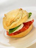 Sandwich mit Tomaten, Mozzarella und Basilikum