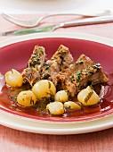 Kalbfleisch mit Grelot-Zwiebeln