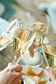 Mit Champagnergläsern anstossen