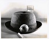 Stillleben mit Hut, Zitrone und Zigarette