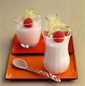 Mousse mit Erdbeeren und Carambolekaubonbon im Glas