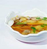 Fischbrühe mit Herzmuscheln und Karotten