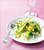 Apfel-Sellerie-Salat mit Koriander auf einem Porzellanteller