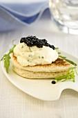 Canapé mit Kaviar und Kräuterfrischkäse
