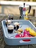 Kaffee mit Vanilleeis im Glas und Amarettini auf Tablett