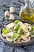 Champignon-Carpaccio mit Basilikum und Parmesan