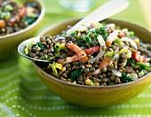Linsen mit Speckstreifen und Salatblättern