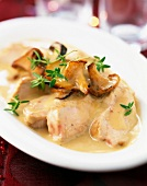 Guinea-fowl breasts with mushrooms and creamy sauce
