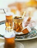 Arabischer Minztee und Lukum (Turkish Delight)