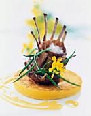 Karree von der Kaninchenbrust mit Senfblüten, Arganöl und knusprigem Kartoffeltaler