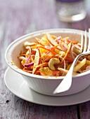 Indischer Apfelsalat mit Zwiebeln, Cashewkernen und Curry