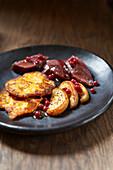 Rehfilet mit Kartoffelküchlein, Äpfeln und Preiselbeeren