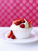 Kleine Pavlova (Baisertörtchen) mit Erdbeeren und Himbeeren