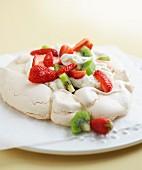 Pavlova (Baisertorte) mit Erdbeeren und Kiwi