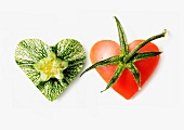 Zwei Herzen aus Zucchini und Tomate