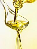 Olivenöl auf einen Löffel gießen
