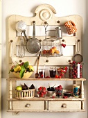 Küchenregal mit Küchenutensilien und frischem Obst