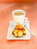 Kleine Biskuitküchlein zum Kaffee