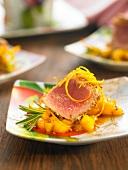 Half-cooked tuna with mango and rosemary