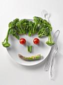 Lustiges Gesicht aus Brokkoli, Spargel und Tomaten