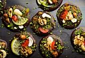 Französische Schokoladentaler mit Trockenfrüchten und Nüssen