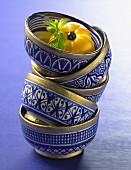 Ein Stapel blau-weisse Suppenschälchen mit Goldrand