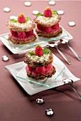 Desserttörtchen mit Haselnuss-Pistazienkeksen und Himbeeren
