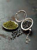 Grünteepulver und Grünteeblätter im Teeei