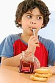 Junge isst Marmelade