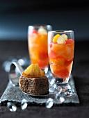 Zitrusfrüchte in Champagner und Pain d'epice (französischer Gewürzkuchen) mit Ananas