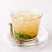Iced tea with mint and apple