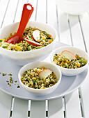 Weizensalat mit getrockneten Aprikosen, Apfel, Pistazie und Minze