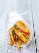 Karotten-Sticks in Papiertüte
