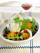 Sommerlicher Salat mit Mizuna, Fenchel und Früchten