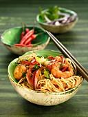 Reis-Vermicelli mit Garnelen, Zwiebeln und roter Paprika