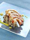 Garnelenspiesse auf Quinoa