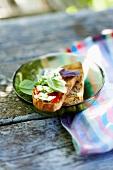 Belegtes Brot mit Mozzarella und Paprika