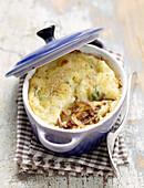 Lammragout mit Kartoffelhaube in Topf