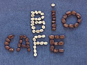 Schrift 'BIO CAFE' aus Kaffeebohnen