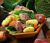 Potée auvergnate (Deftiger Eintopf mit Fleisch, Wurst und Gemüse)