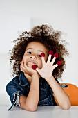 Kleines Mädchen spielt mit Himbeeren
