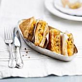 Sandwich mit Cheddar und Ananaschutney