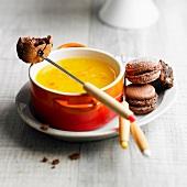Orangensaftfondue mit Schokoladen-Macarons