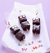 Marshmallow-Spiesse mit Schokolade überzogen