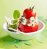 Tomaten mit gemischtem Gemüse in Form eines Windbeutels