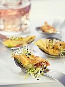 Eieromelett mit Iberico-Schinken, Saubohnen und Sprossen auf Löffeln