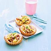 Pikante Tarteletts mit Rührei und Speckwürfeln