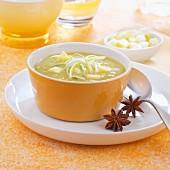 Sämige Suppe mit Lauch, Sellerie, Apfel und Sternanis