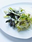 Grüner Spargel mit Blütensalat auf Teller