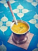 Tarka dahl (Linsengericht mit Gelbwurzel, Kreuzkümmel und Senfkörnern, Indien)